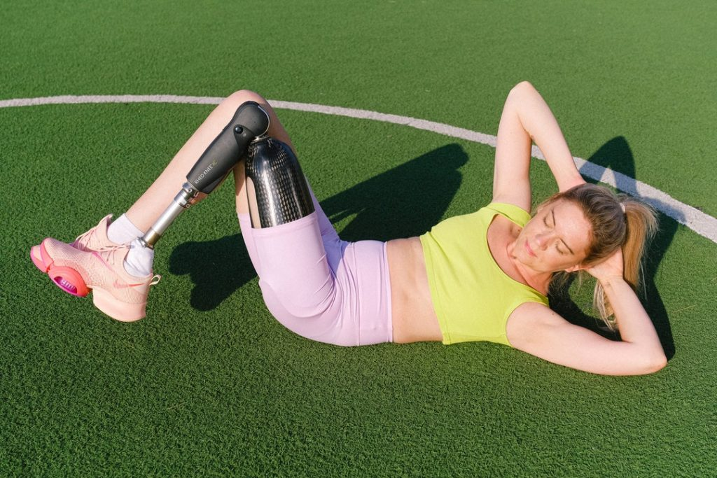 woman amputee crunches